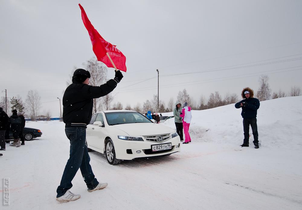 старт заезда отмашка флагом спринт в Березовском
