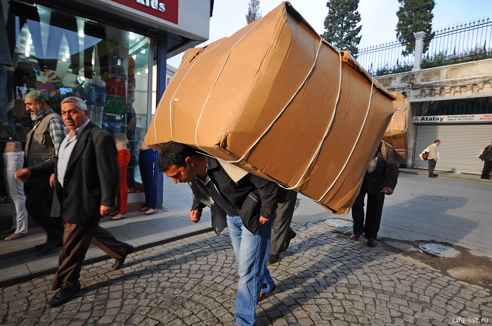 Носильщик на рынке в стамбуле