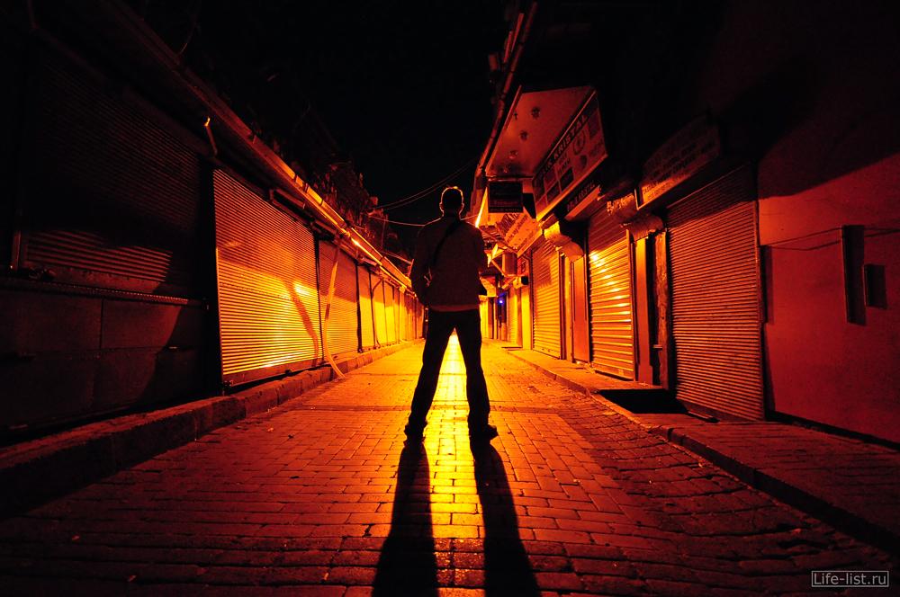 ночная рыночная улочка Стамбула Турция