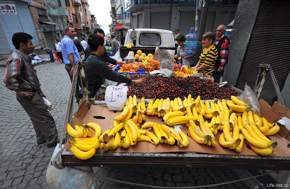 фрукты на улице в Стамбуле