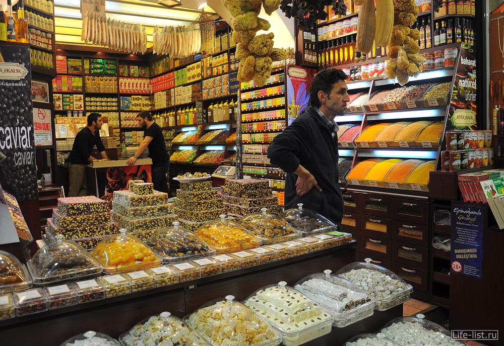 Лавка специй и сладостей на Египетском базаре в Стамбуле