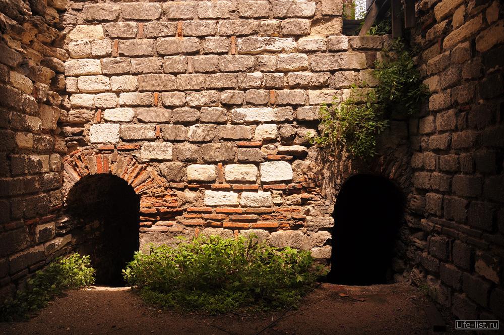 старые стены из белого кирпича