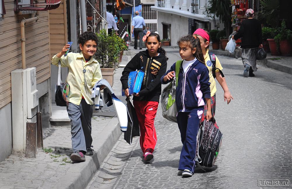 дети школьники на улице стамбула