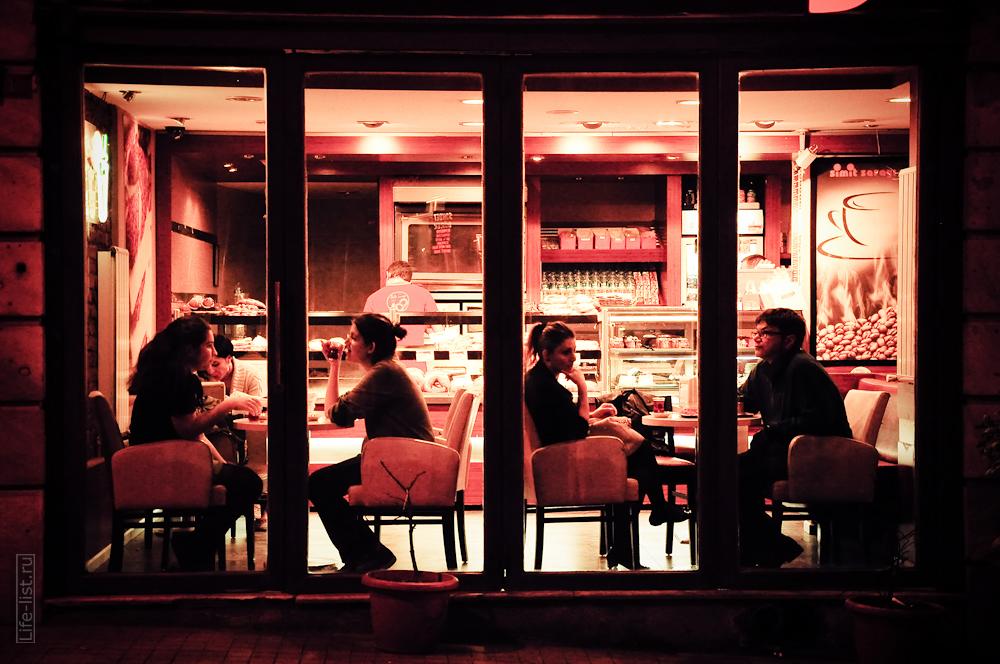 ночное люди в кафе на проспекте Независимости