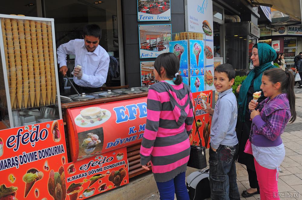 дети едят мороженое в стамбуле