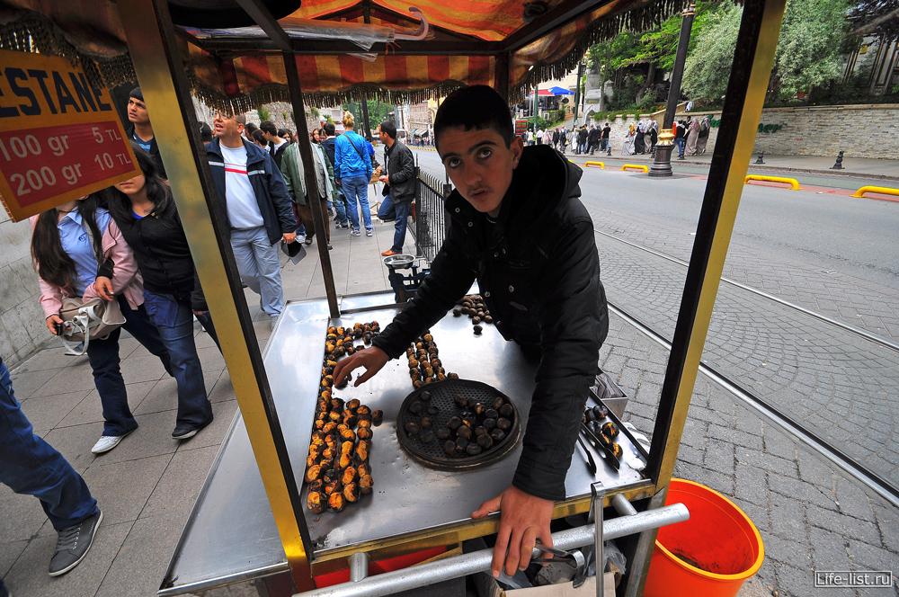Продавец жареных каштанов в Стамбуле
