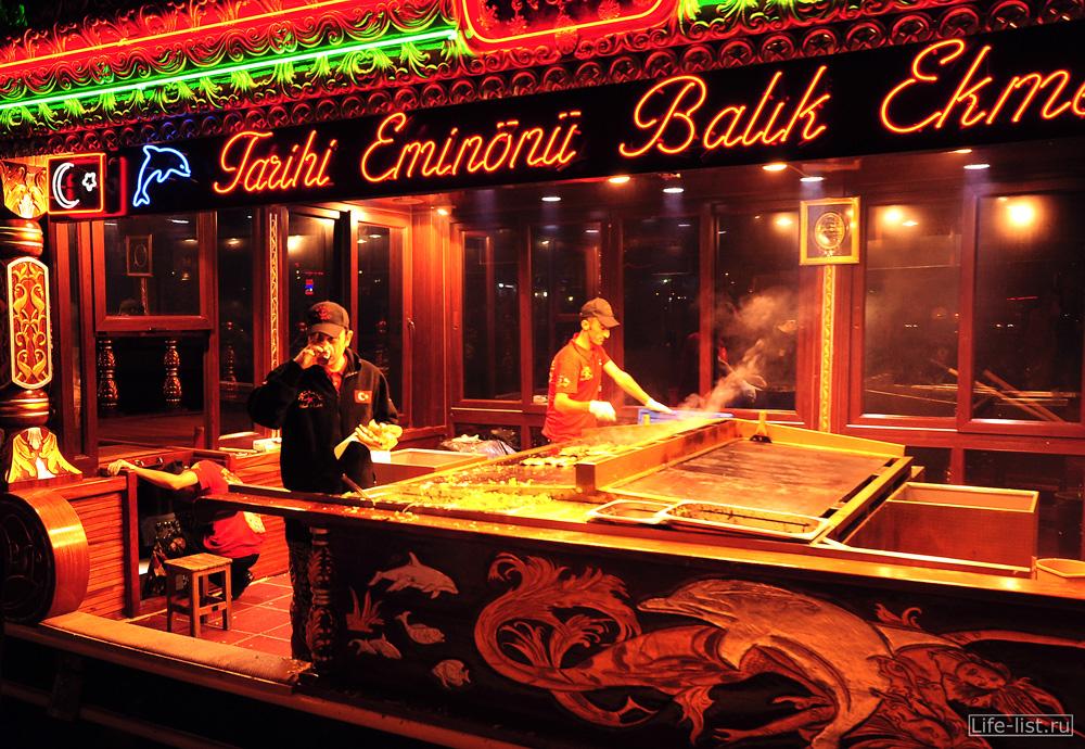 Лодка кухня в Турции стамбуле
