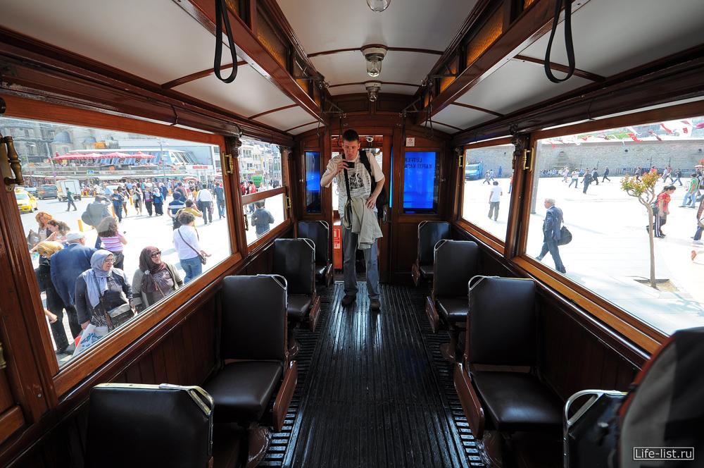 внутри ретро трамвая на проспекте Истикляль стамбул