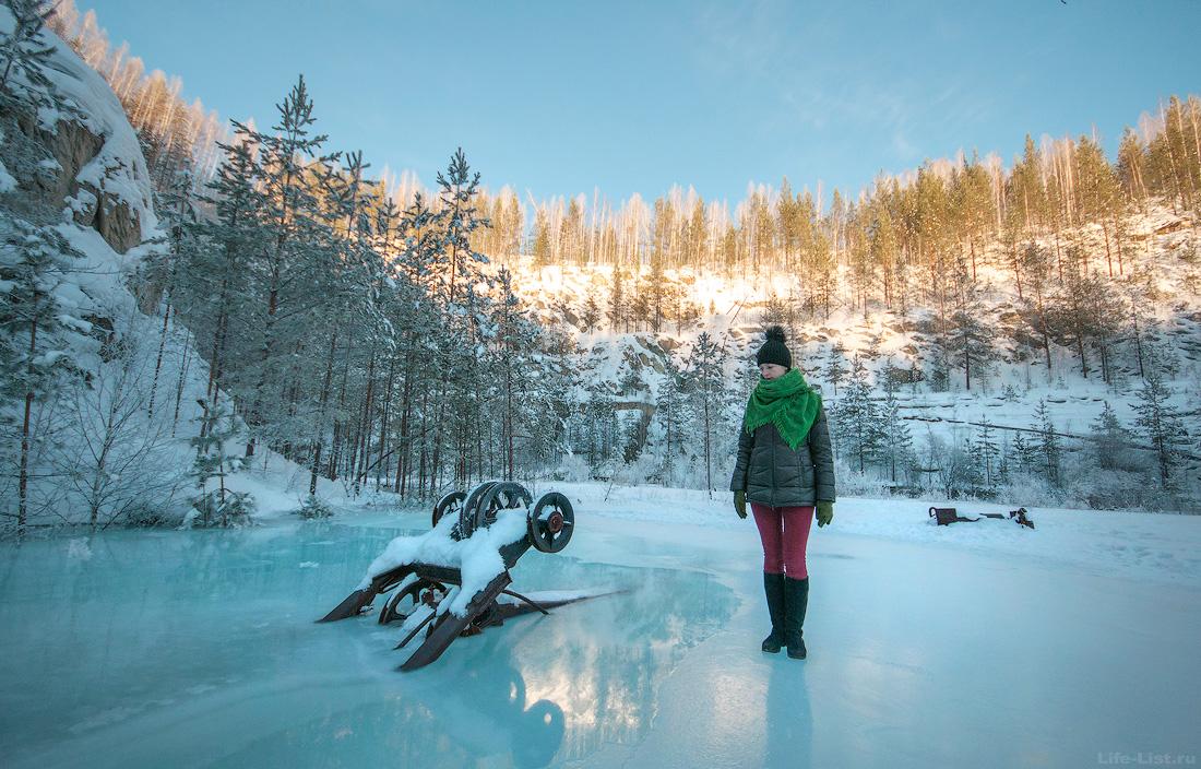 Затопленный под льдом экскаватор на карьере Старая линза