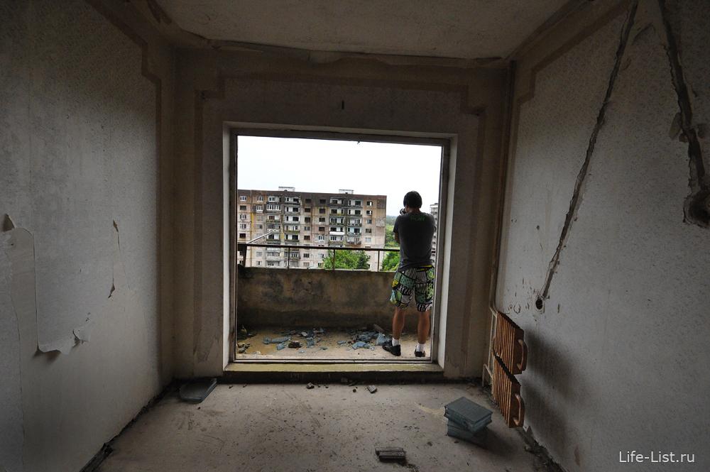 вид из окна заброшенной квартиры Сухум фото Виталий Караван