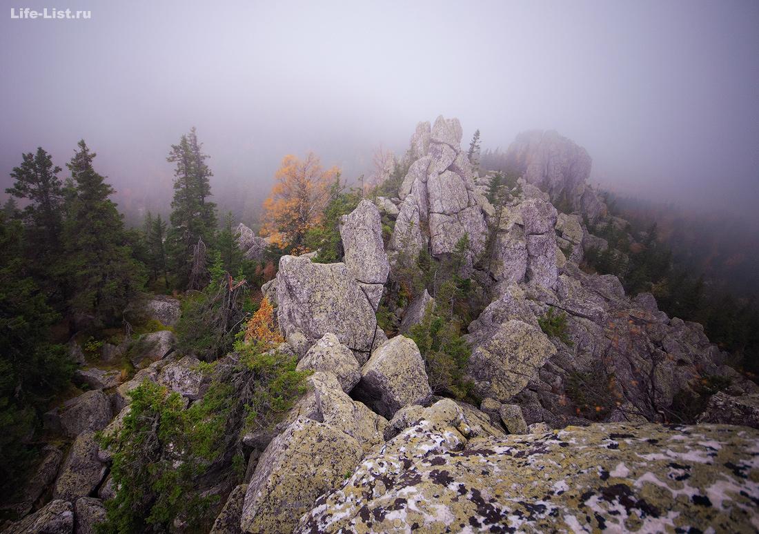 На вершине Двуглавой Сопки туман Южный Урал Таганай