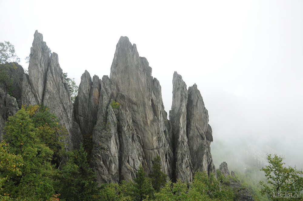 скалы двуглавая сопка в тумане таганай
