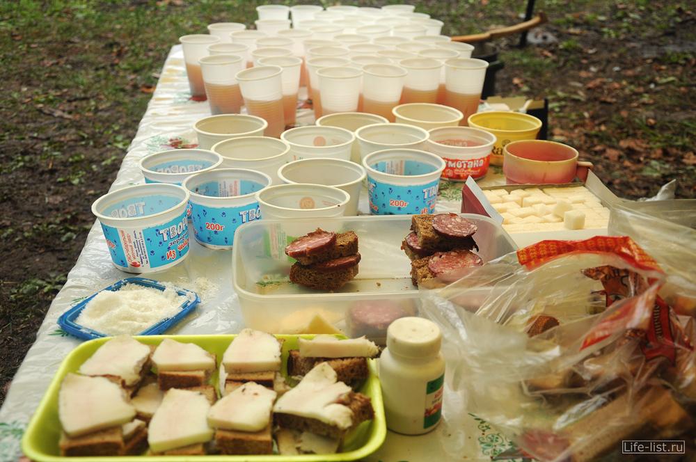 стол на пункте питания на марафоне забег за облака фото