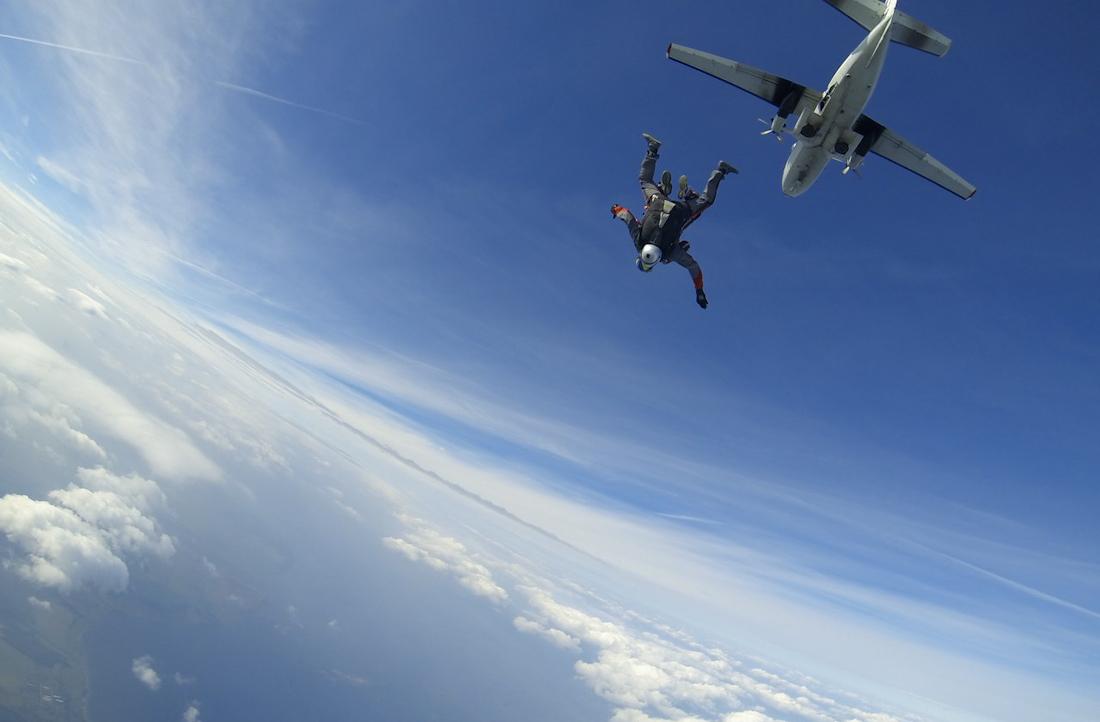 красивое фото парашютист в небе