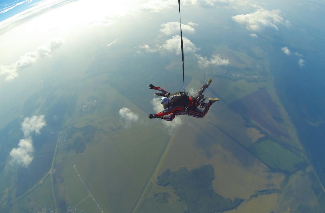 фото парашютисты в небе прыжок с инструктором в тандеме