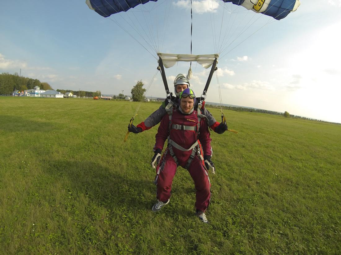 приземление после парашютного прыжка в Мензелинске тандем прыжок с инструктором