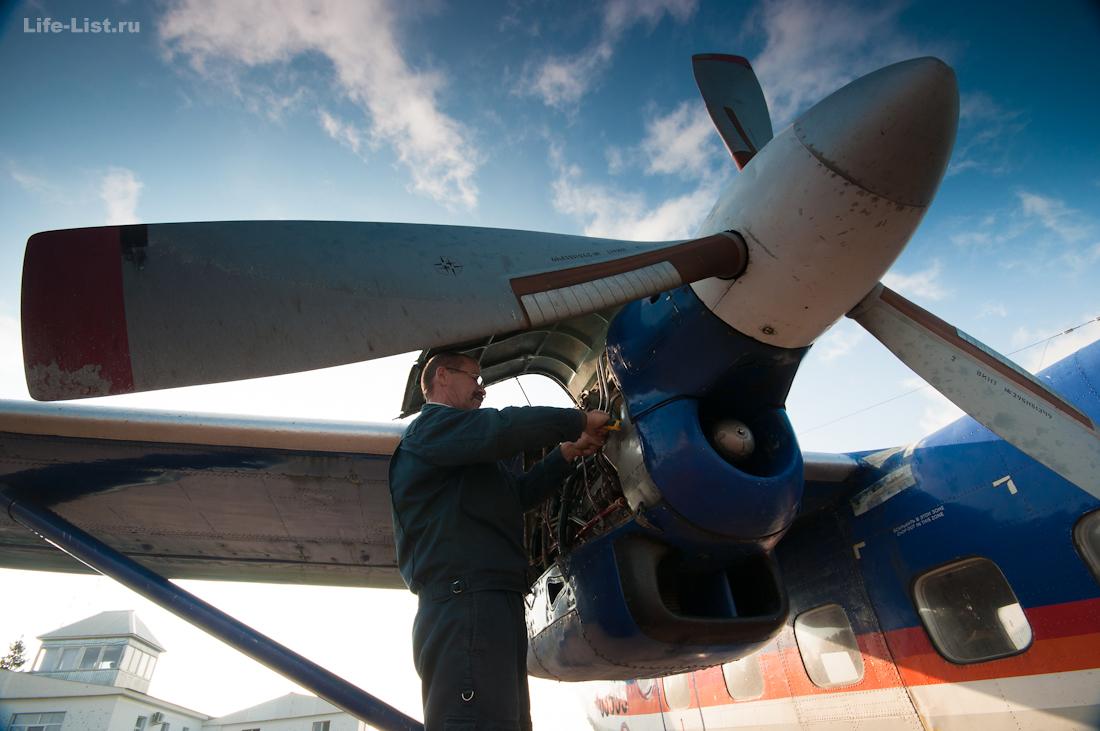проверка масла в двигателях самолета Ан-28 фото Виталий Караван