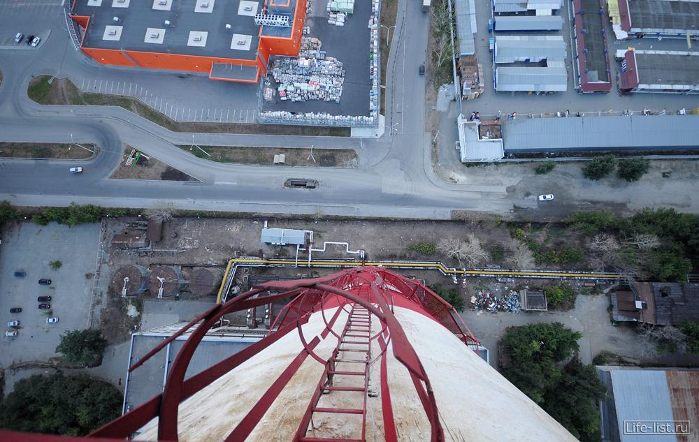 Вид с трубы вниз высоко Екатеринбург