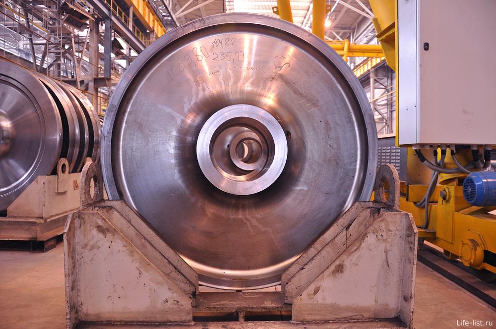 Колесо электровоза на заводе