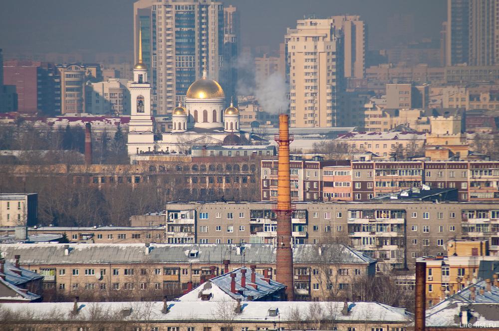 Екатеринбург. Южная вид с высоты Труба, заброшенная больница, храм