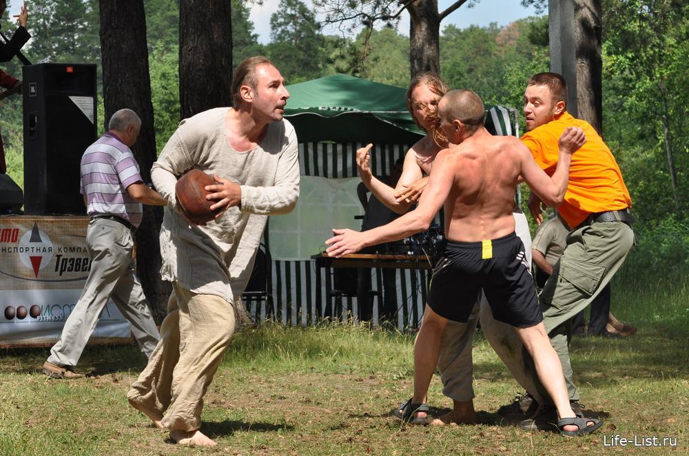 регби мужики с голыми торсами игра с мячом скандбол