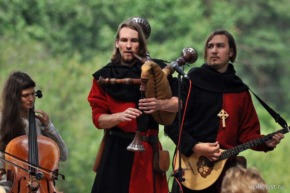 средневековые скандинавские шотландские музыканты на фестивале исторической реконструкции