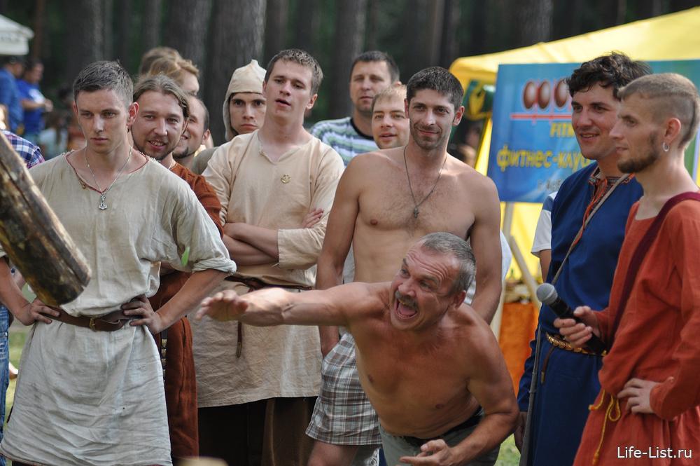 кидание бревна средневековые игры на фестивале Варяжская улица в асбесте