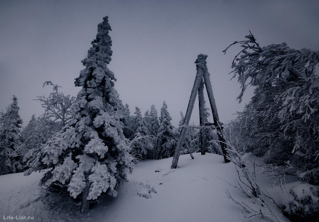 Деревянная тренога на вершине Юрмы фото гора