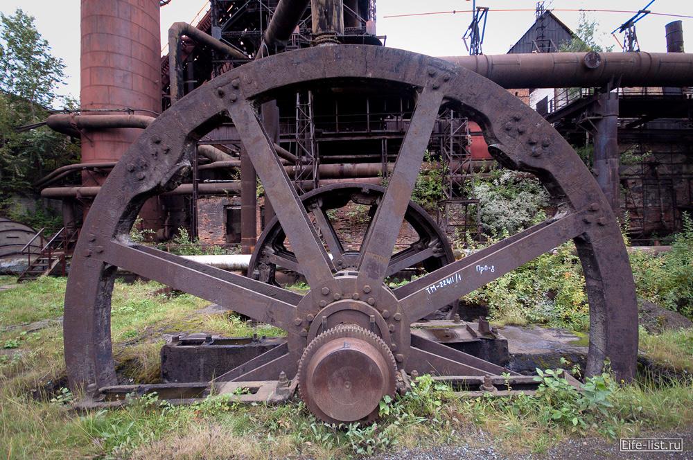 огромное колесо плотины механизм для металлургии