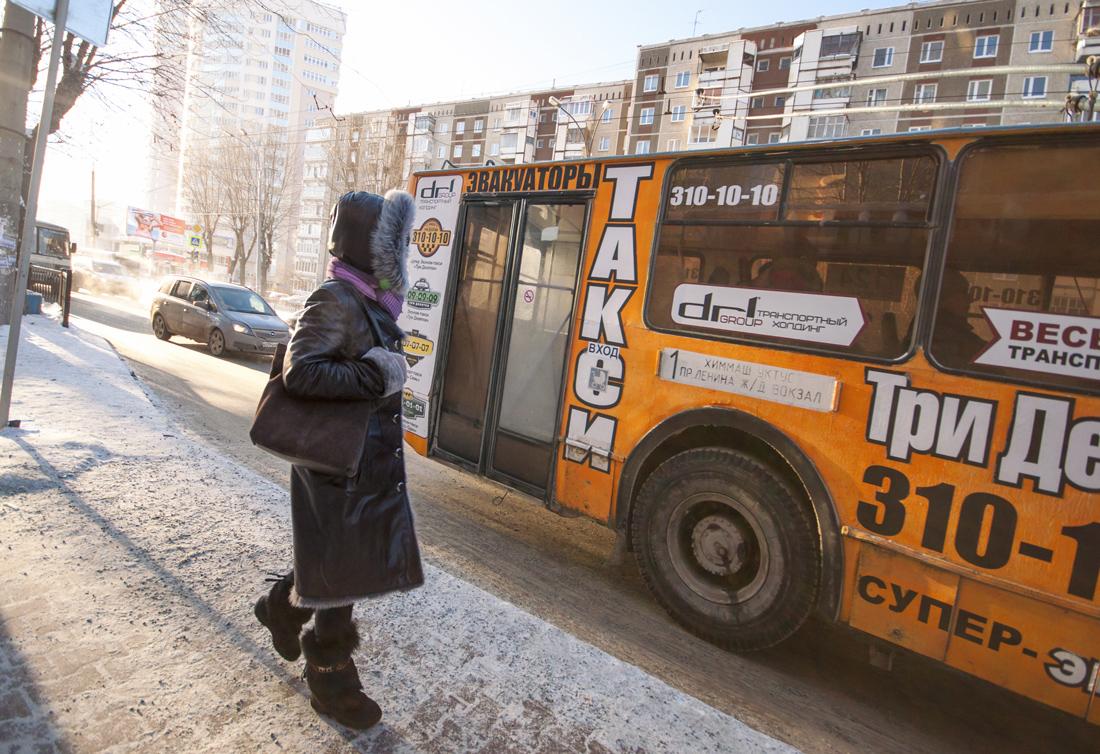 зима троллейбус с рекламой  Екатеринбург 2016г