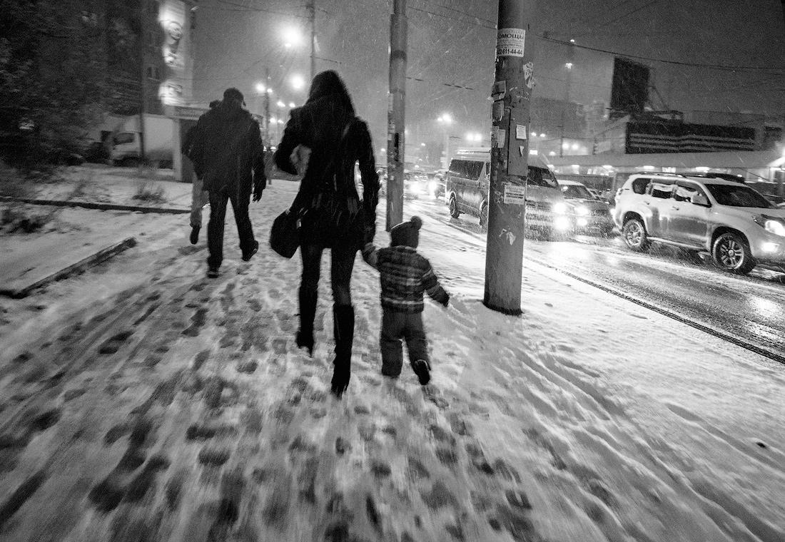 Фото Виталий Караван серия Зима в городе  Мама с ребенком на улице метель