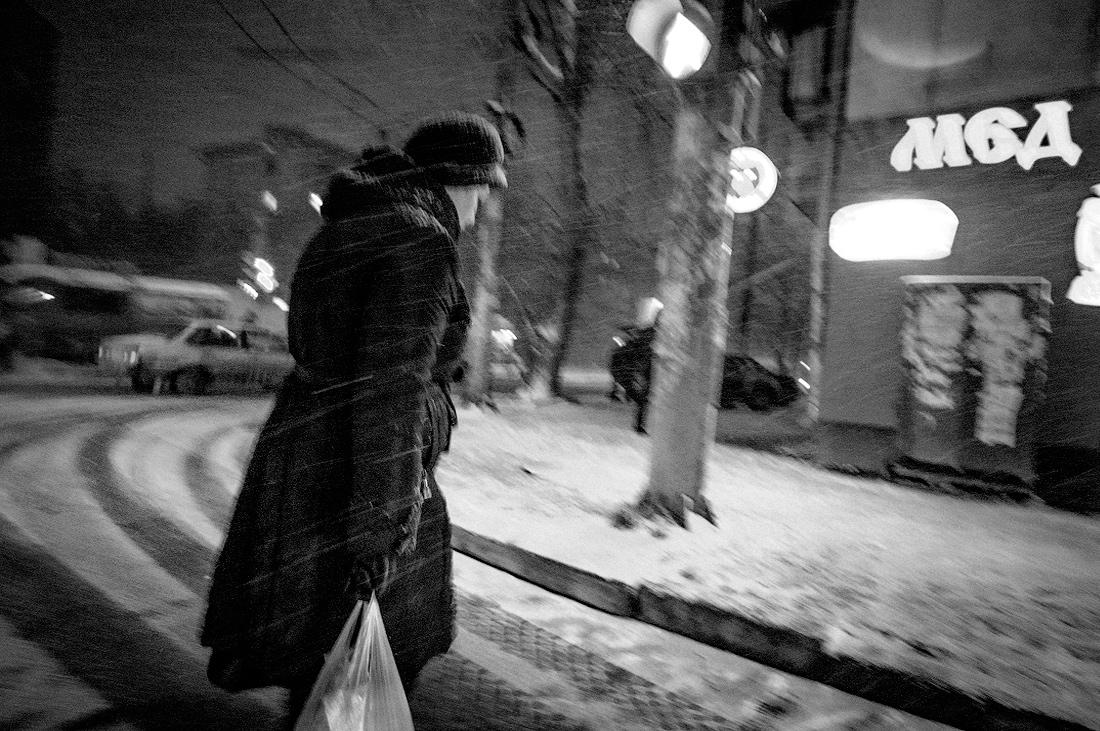 Фото не мед серия Зима в городе  метель Женщина с пакетом домой