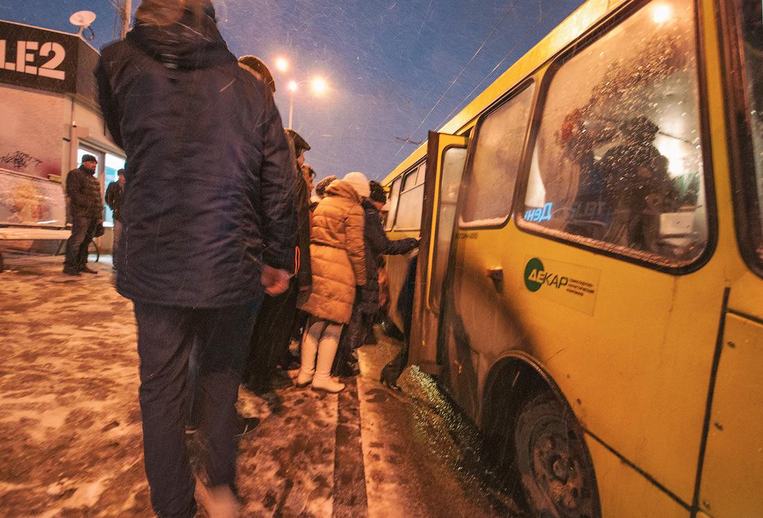 Фото Виталий Караван серия Зима в городе  очередь в автобус