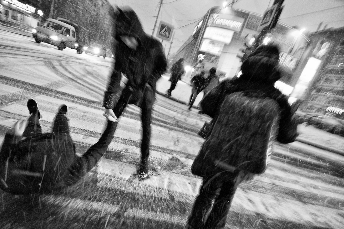 Фото Виталий Караван серия Зима в городе  упал на дороге