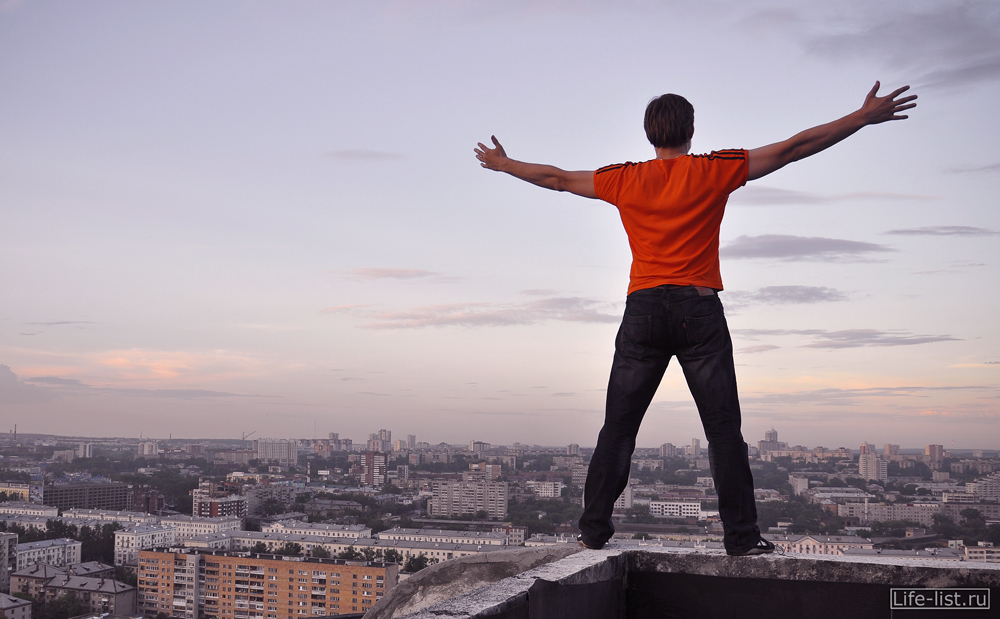Виталий Караван на крыше в Екатеринбурге
