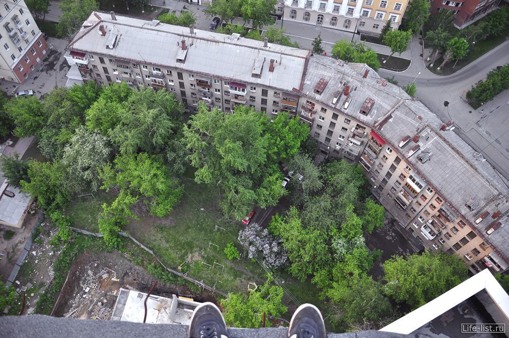 Вид вниз с высокого здания Екатеринбург