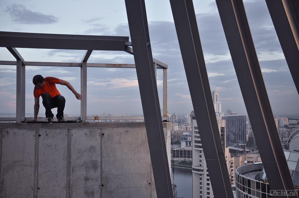 на крыше высокого здания в Екатеринбурге